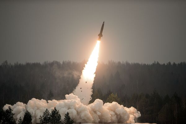 Start pokazowy rakiety z wyrzutni pocisków taktycznych Toczka-U na poligonie Ługa w obwodzie leningradzkim w Dniu Wojsk Rakietowych i Artylerii - Sputnik Polska