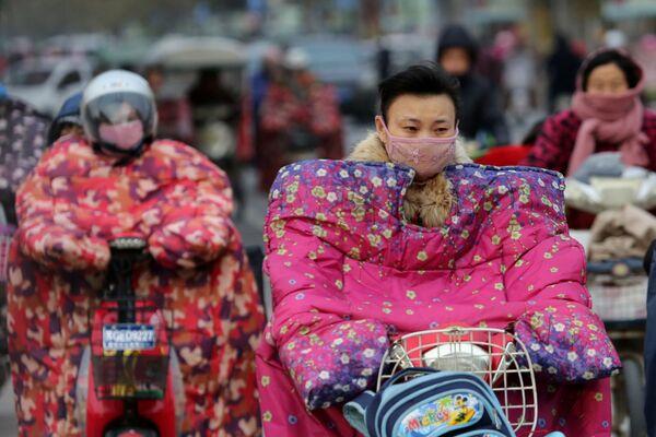 Motocykliści w specjalnych kurtkach chroniących przed zimnym wiatrem podczas mrozów w Chinach - Sputnik Polska
