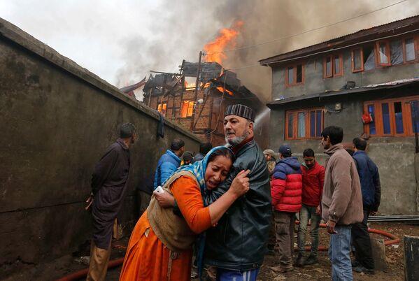 Pożar w jednym z domów w indyjskim mieście Srinagar - Sputnik Polska