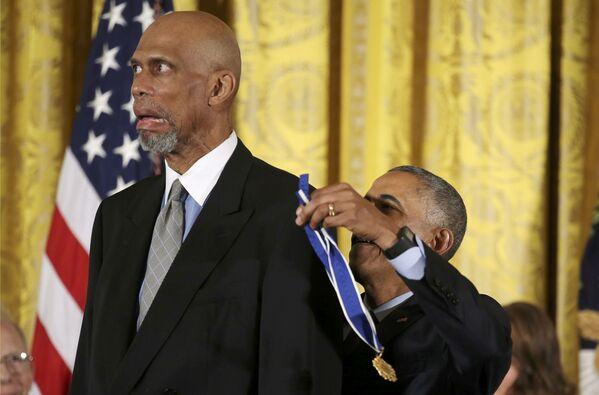 Prezydent USA Barack Obama podczas ceremonii nagrodzenia koszykarza Kareema Abdul-Jabbara - Sputnik Polska