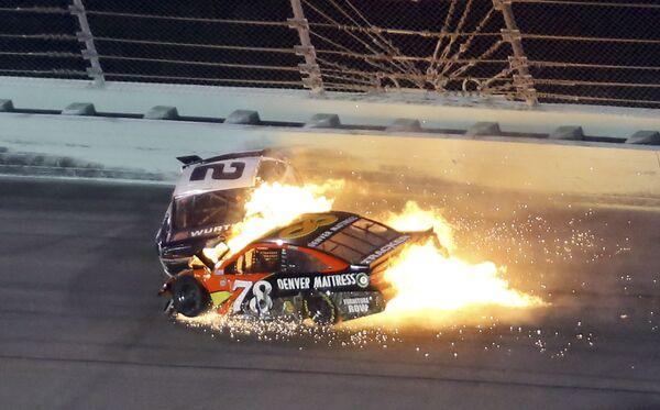 Wypadek samochodów Martina Truexa Jr. i Brada Keselowskiego podczas wyścigu NASCAR Sprint Cup 2016 na Florydzie - Sputnik Polska