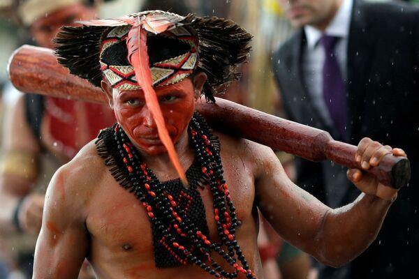 Indianin z plemienia Pataxo podczas protestu przy pałacu prezydenckim w Brazylii - Sputnik Polska