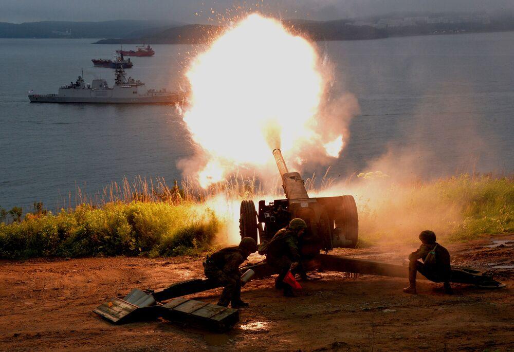 Artylerzyści oddziału piechoty morskiej Floty Pacyfiku