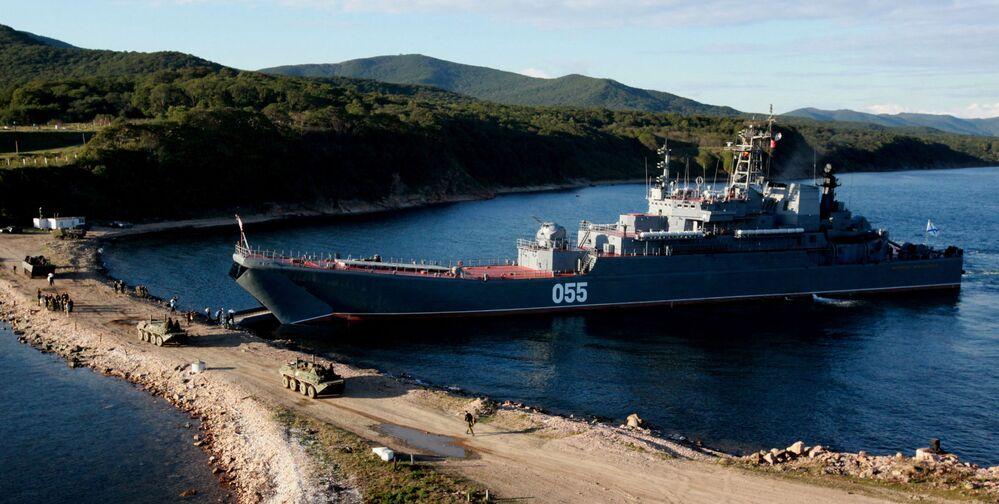 """Duży okręt desantowy """"Admirał Niewielskoj"""" podczas załadunku techniki bojowej i załogi oddziału piechoty morskiej Floty Pacyfiku"""