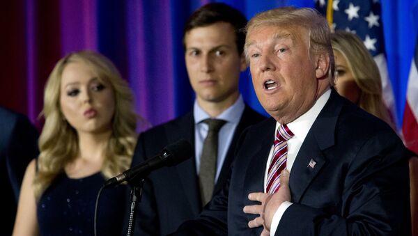 Donald Trump, jego córka Tiffany i zięć Jared Kushner na konferencji prasowej w Trump National Golf Club Westchester - Sputnik Polska