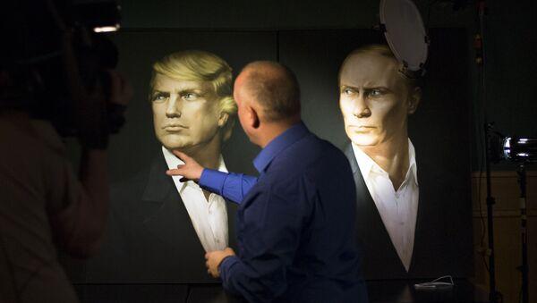 Portret Donalda Trumpa obok portretu Władimira Putina na ścianie pubu Union Jack w Moskwie - Sputnik Polska