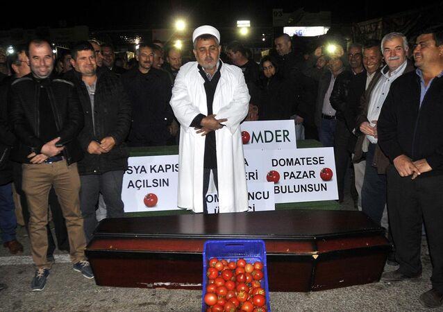 Antalya. Akcja protestu. Rolnicy grzebią pomidory