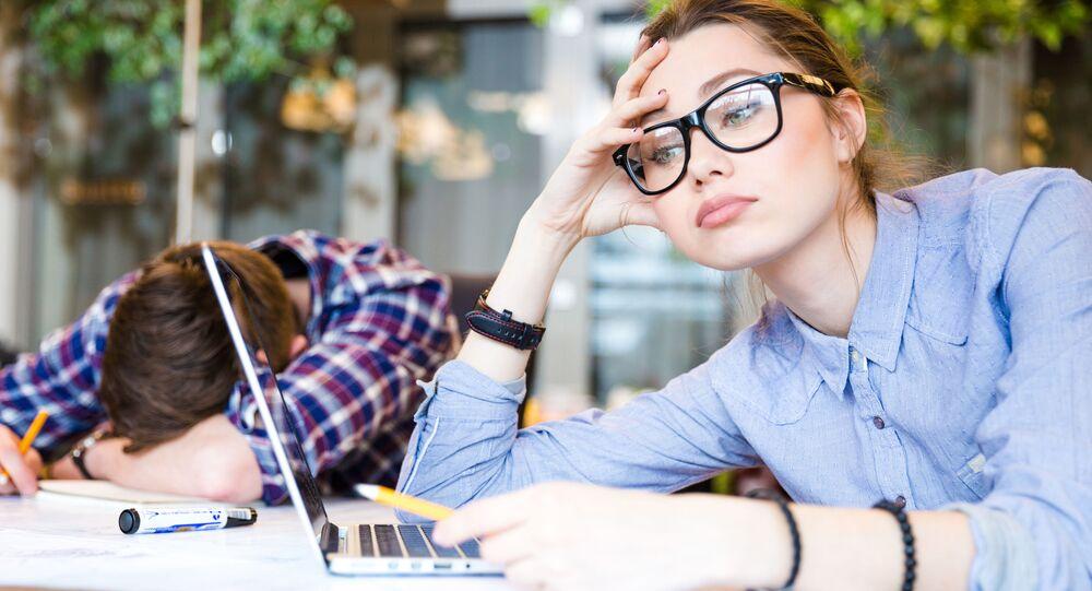 Zmęczeni pracownicy biurowi