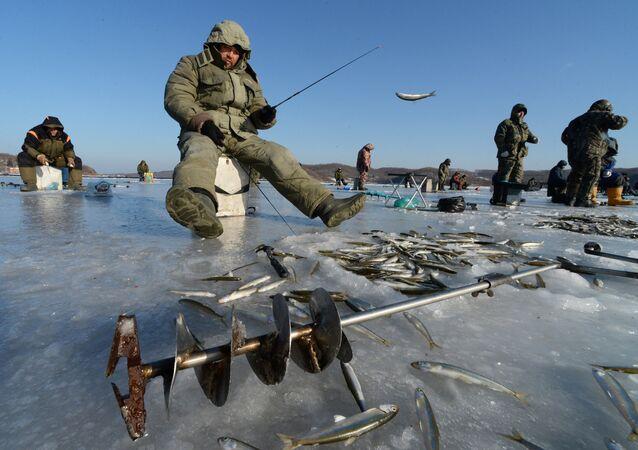 Łowienie ryb na lodzie