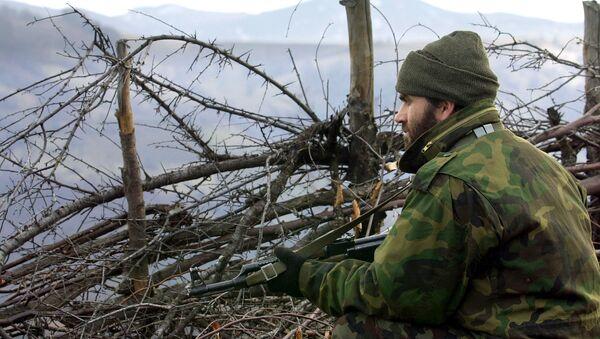 Albański wojskowy z Armii Wyzwolenia Kosowa na pozycji bojowej w górach Macedonii, 2001 rok - Sputnik Polska