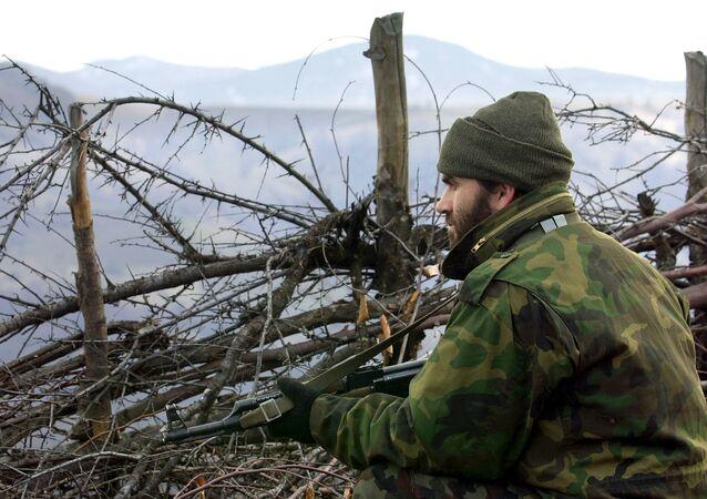 Albański wojskowy z Armii Wyzwolenia Kosowa na pozycji bojowej w górach Macedonii, 2001 rok