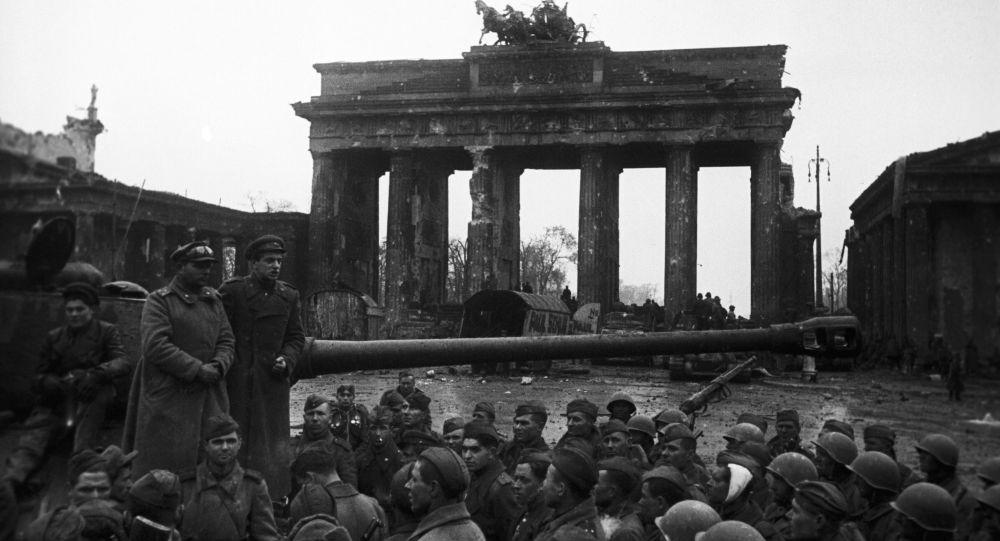 Radzieccy żołnierze przy Bramie Brandenburskiej w Berlinie, 2 maja 1945