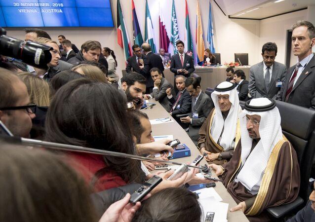 Minister energetyki Arabii Saudyjskiej Halid al-Falih odpowiada na pytania dziennikarzy w siedzibie OPEC w Wiedniu, Austria