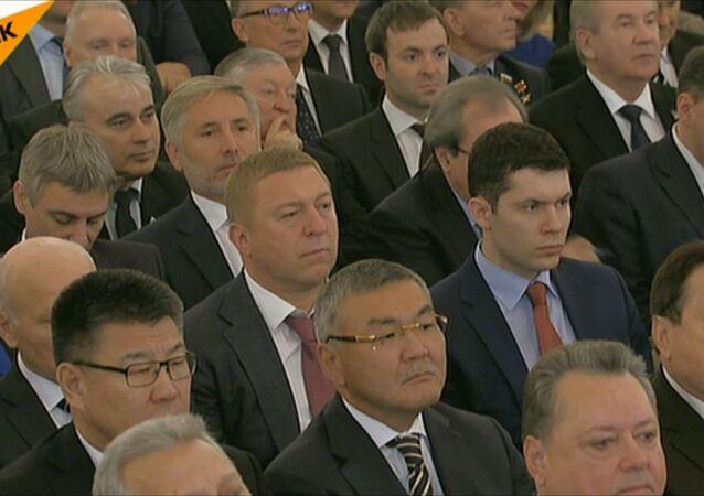 Zgromadzeni słuchają orędzia prezydenta Władimira Putina