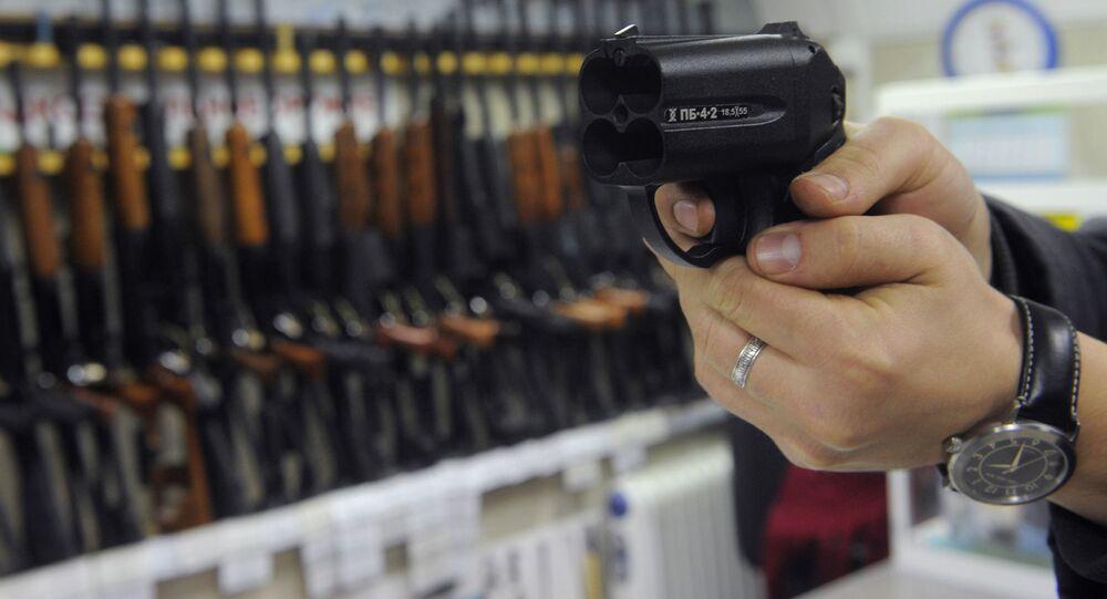Pistolet traumatyczny Osa w jednym ze sklepów z bronią w Moskwie