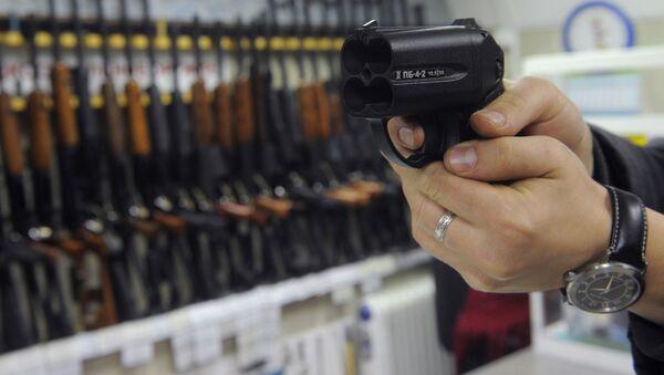 Pistolet traumatyczny Osa w jednym ze sklepów z bronią w Moskwie - Sputnik Polska