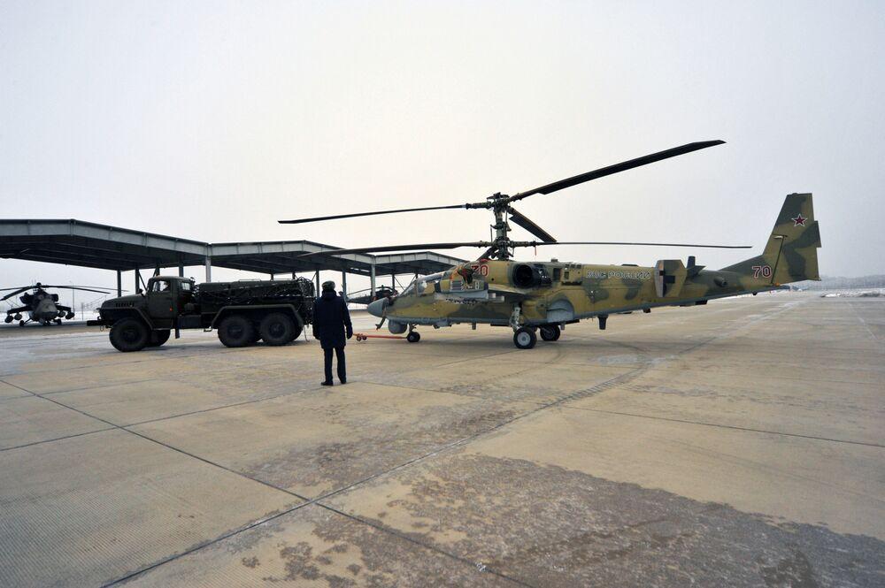 """Helikopter Ka-52 """"Aligator"""" po uroczystym przekazaniu personelowi Pułku Śmigłowców Południowo-wschodniego okręgu w Krasnodarskim kraju"""