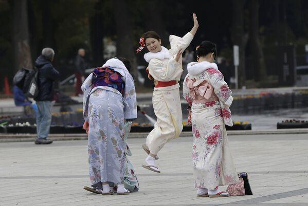 Dziewczyny ubrane w kimono w parku Ueno w Tokio - Sputnik Polska