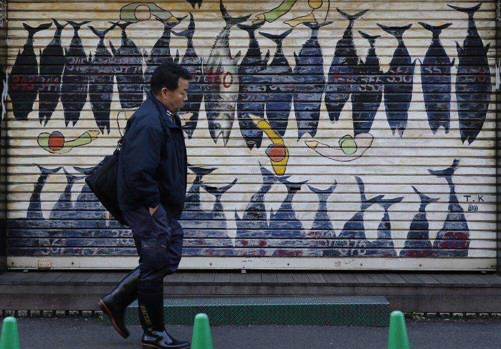 Mural z wizerunkiem tuńczyka niedaleko targu rybnego Tsukiji w Tokio
