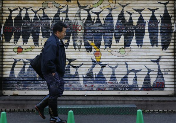Mural z wizerunkiem tuńczyka niedaleko targu rybnego Tsukiji w Tokio - Sputnik Polska