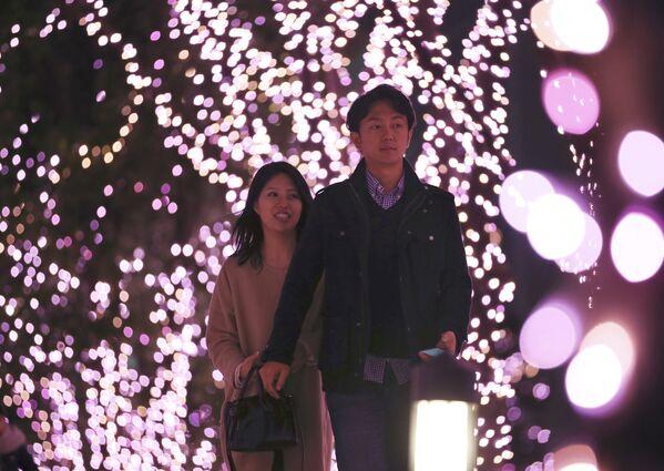 Para spaceruje wśród instalacji bożonarodzeniowej w Tokio - Sputnik Polska