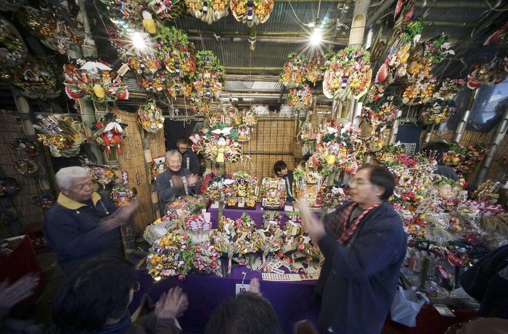 Sprzedaż pamiątek zapewniających powodzenie podczas festiwalu Torinoichi w Tokio