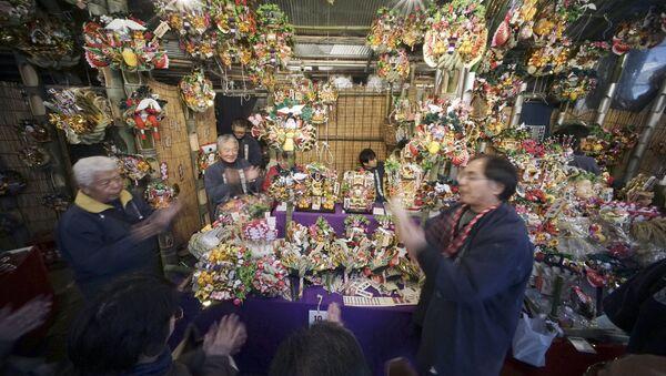 Sprzedaż pamiątek zapewniających powodzenie podczas festiwalu Torinoichi w Tokio - Sputnik Polska