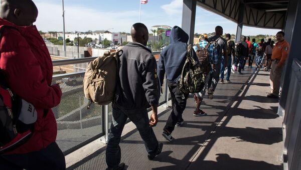 Migranci w kolejce przy granicy USA - Sputnik Polska