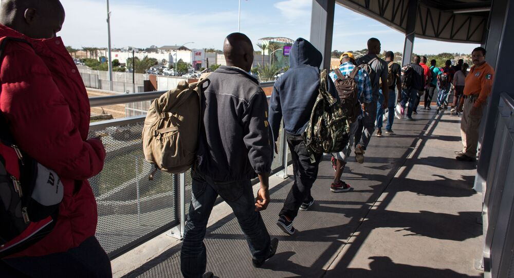 Migranci w kolejce przy granicy USA