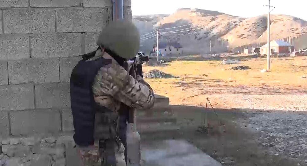 Funkcjonariusze FSB i MSW otoczyli jeden z domów w stolicy Dagestanu, Machaczkale, gdzie ukrywali się terroryści