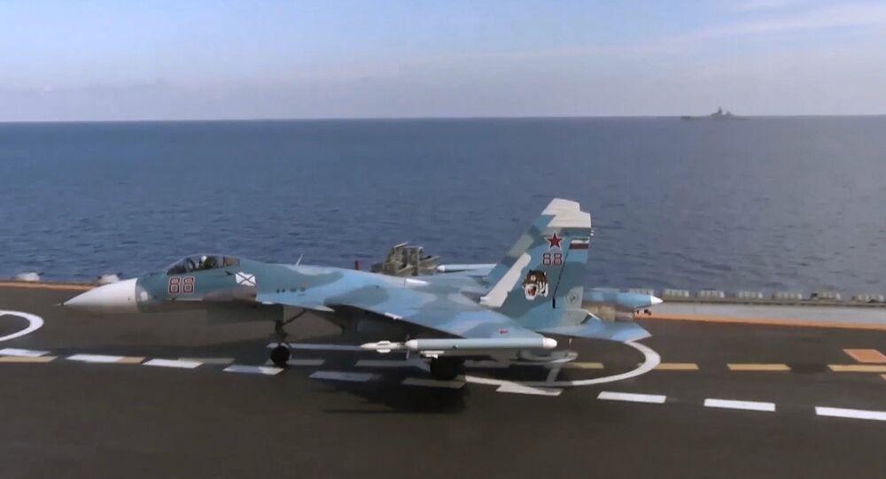 Myśliwiec Su-33 na pokładzie lotniskowca Admirał Kuzniecow