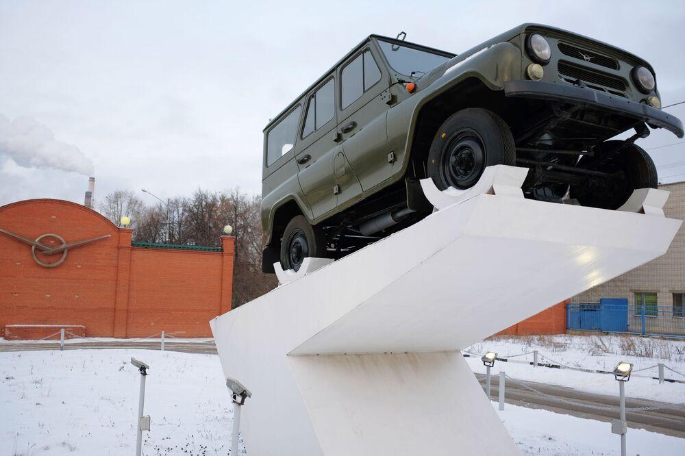 Pomnik w kształcie samochodu UAZ-469 przy wejściu głównym na teren fabryki w Uljanowsku