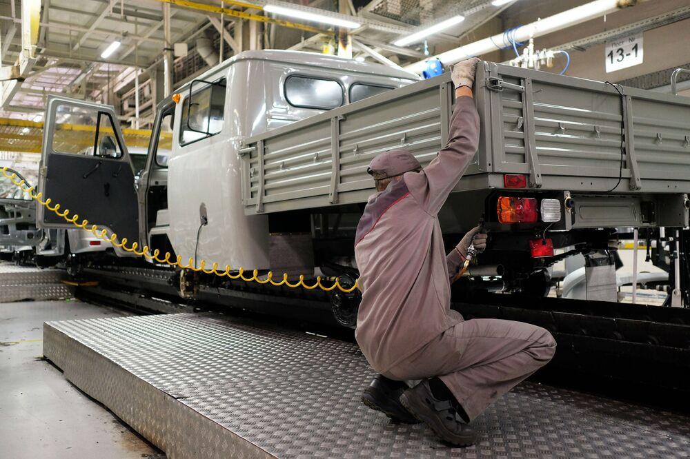 Pracownik na linii montażu Uljanowskiej Fabryki Samochodów
