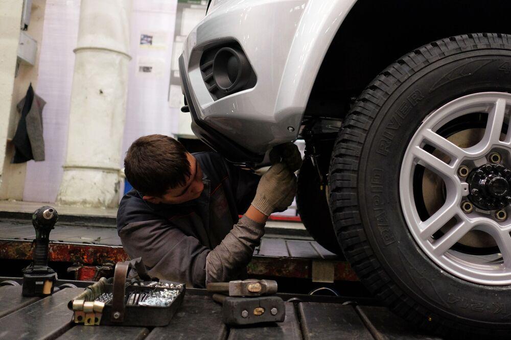 Pracownik na linii montażu finalnego Uljanowskiej Fabryki Samochodów