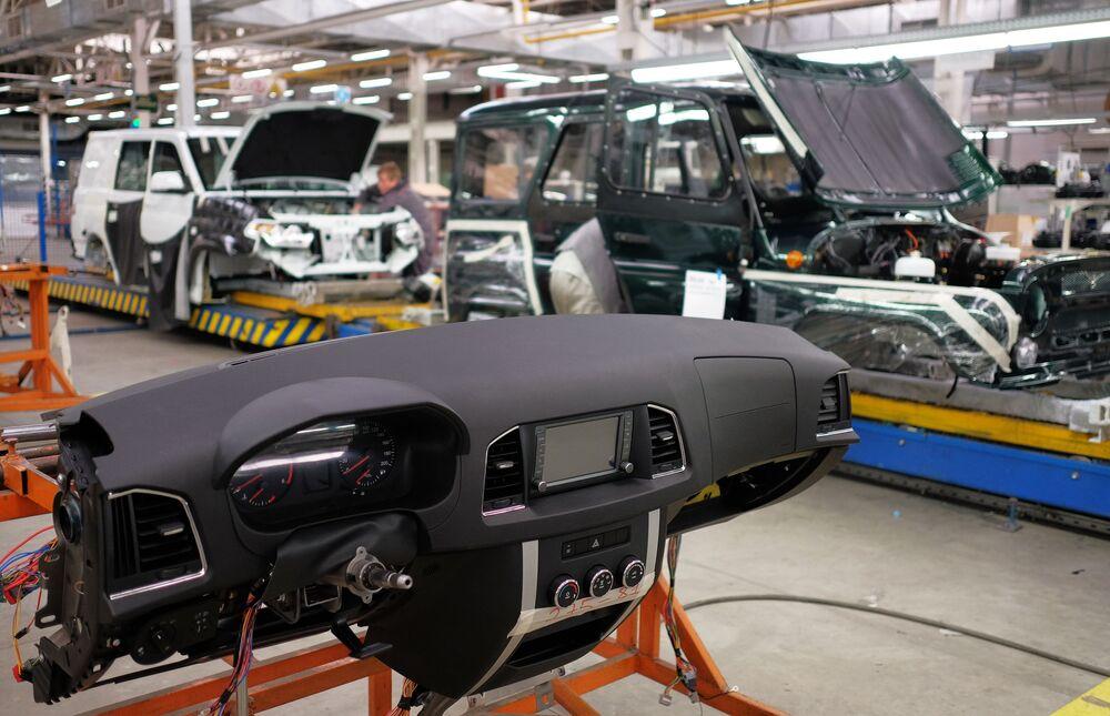Montaż deski rozdzielczej na linii montażu finalnego Uljanowskiej Fabryki Samochodów