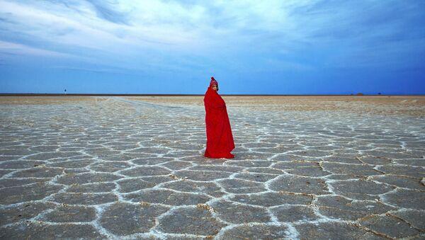 Kobieta na słonym jeziorze niedaleko pustyni Mesr w Iranie - Sputnik Polska
