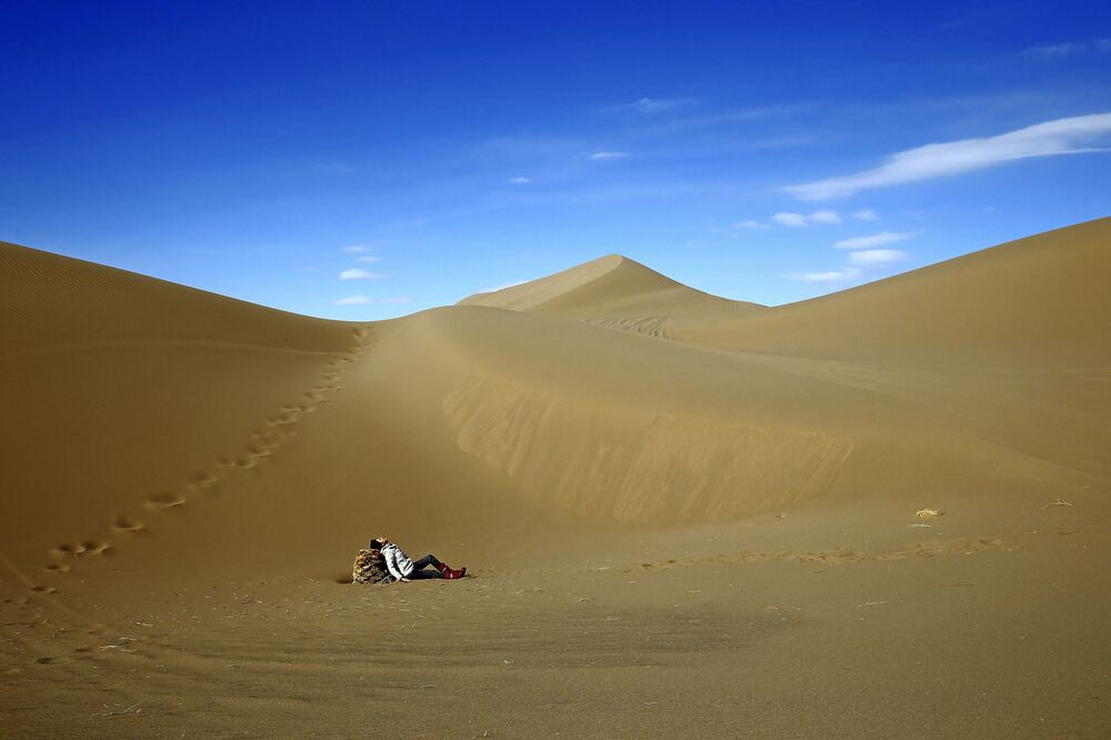 Turystka odpoczywa na pustyni Mesr w Iranie
