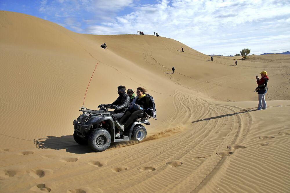 Turyści na quadach na pustyni Mesr w Iranie