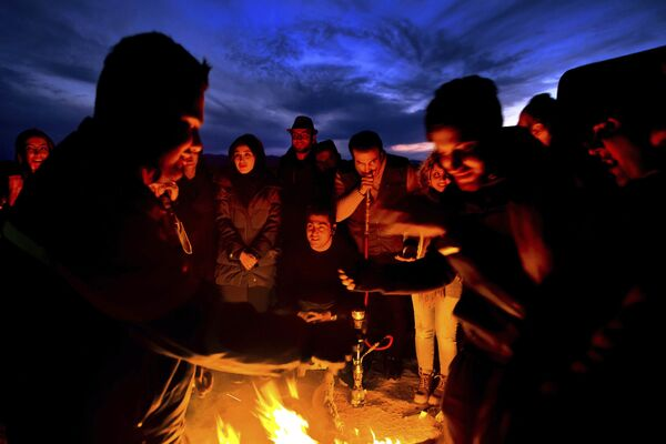 Turyści przy ognisku na irańskiej pustyni Mesr - Sputnik Polska