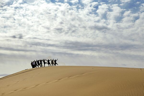 Turyści na pustyni Mesr w Iranie - Sputnik Polska