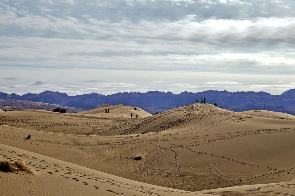 Ludzie chodzą po pustyni Mesr w Iranie