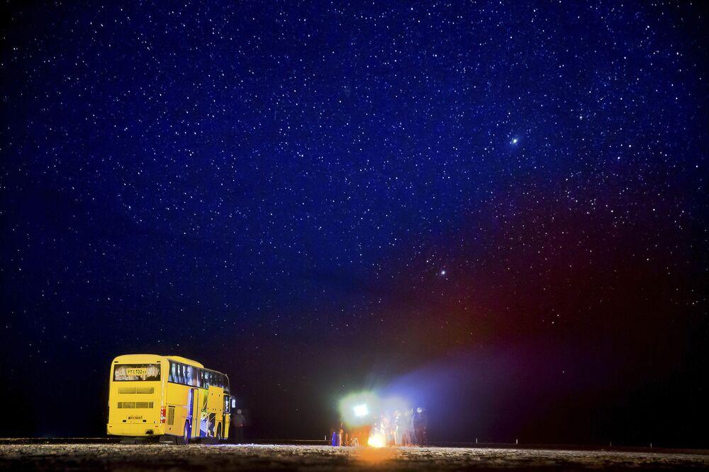 Autobus turystyczny na słonym jeziorze niedaleko pustyni Mesr w Iranie