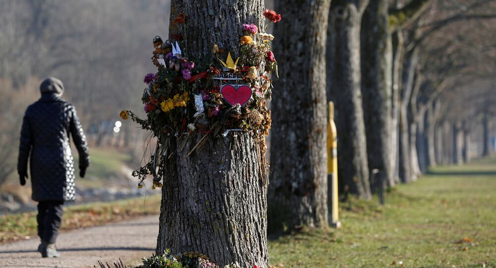 Kwiaty i znicze przy miejscu znalezienia zwłok Marie Ladenburger, Freiburg, Niemcy