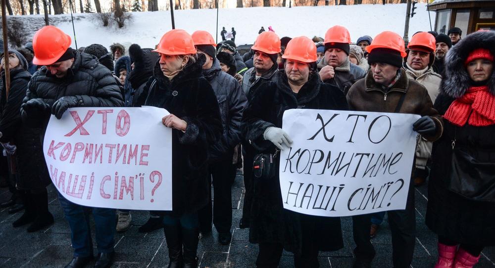 Akcja protestu ukraińskich robotników przed budynkiem rządowym w Kijowie