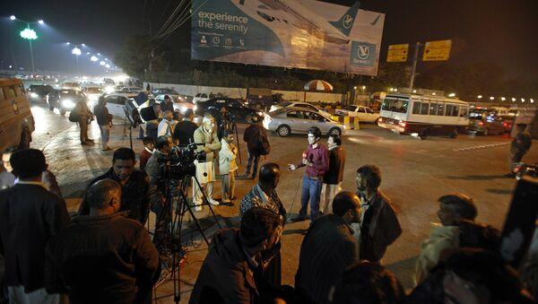 Pakistańskie media zgromadziły się na lotnisku Benazir Bhutto po otrzymaniu informacji o katastrofie samolotu pasażerskiego, 7 grudnia 2016 - Sputnik Polska