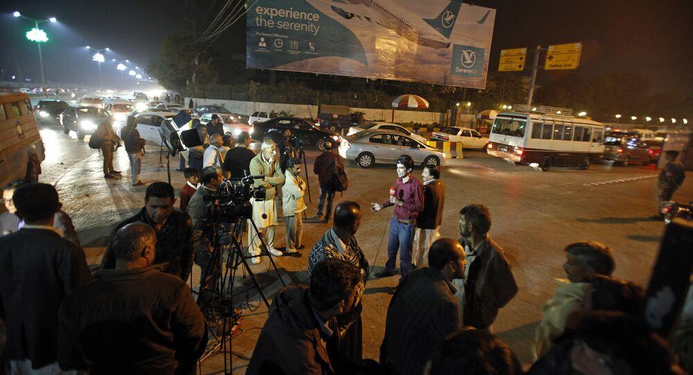 Pakistańskie media zgromadziły się na lotnisku Benazir Bhutto po otrzymaniu informacji o katastrofie samolotu pasażerskiego, 7 grudnia 2016