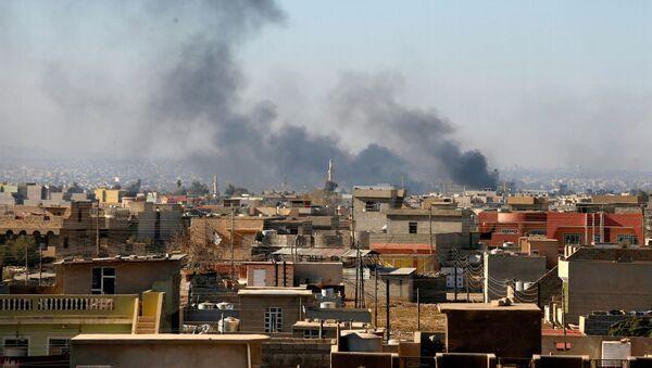 Dym nad domami w irackim Mosulu - Sputnik Polska