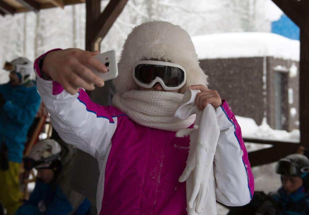 Wypoczywający podczas testowych zjazdów w kurorcie łyżwiarskim Gorki Gorod w Soczi.