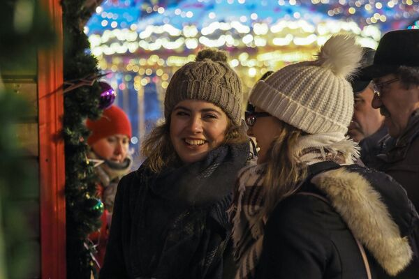 Dziewczyny na jarmarku przy GUM-ie na Placu Czerwonym w Moskwie - Sputnik Polska