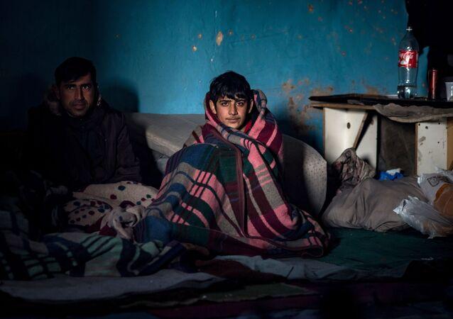 Tymczasowe schronienie dla uchodźców w opuszczonym magazynie w Belgradzie
